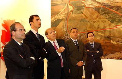 147:Don Felipe asiste a una reuni�n en la que se le explican los detalles del Plan de Ordenaci�n Urban�stica de Huelva.