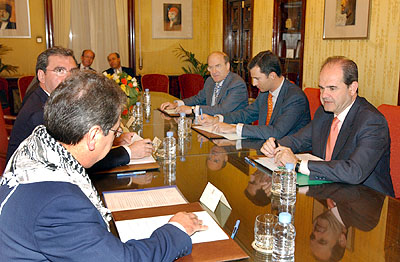 132:SAR don Felipe de Borb�n reunido con los portavoces de los grupos pol�ticos con representaci�n en el ayuntamiento de Huelva.
