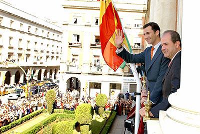 133:SAR el Pr�ncipe de Asturias saluda desde el balc�n del ayuntamiento a los onubenses que se congregaron junto a la Casa Consistorial para recibirle.