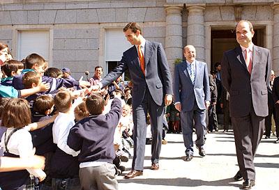 134:SAR el Pr�ncipe de Asturias saluda a cientos de ni�os de varios colegios que le aguardaban a la salida del ayuntamiento onubense.