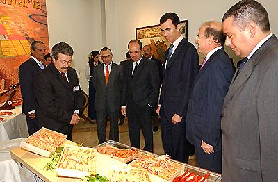 135:SAR Don Felipe de Borb�n ante una selecci�n de productos onubenses de la mar, expuesta en la Casa de Col�n de Huelva.