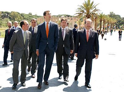 138:SAR Don Felipe de Borb�n llega al Foro Iberoamericano de La R�bida, acompa�ado por Manuel Chaves, el presidente de la Diputaci�n Provincial y el alcalde de Palos de la Frontera.