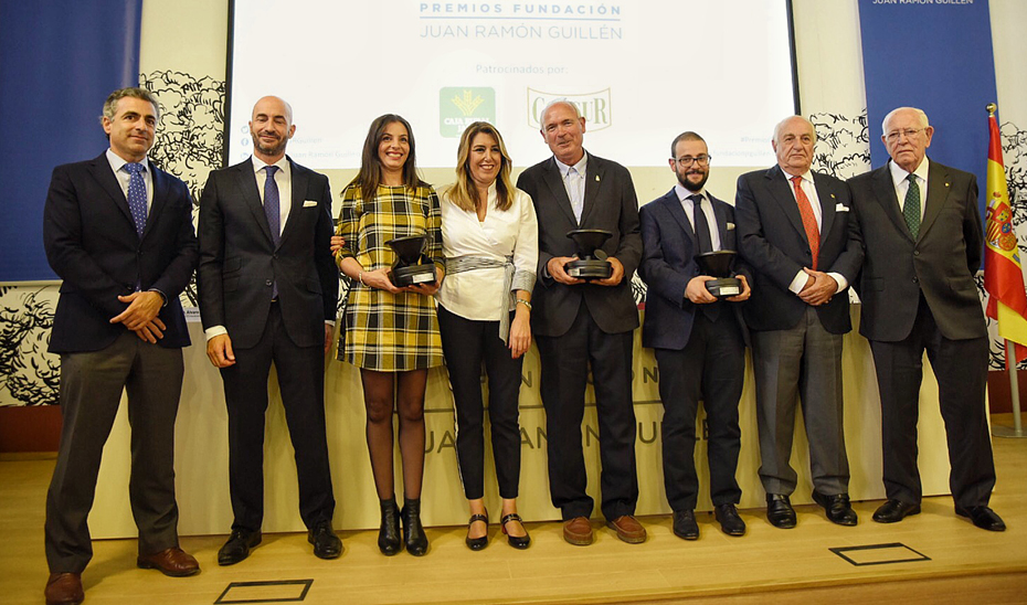 La presidenta de la Junta, con los premiados, en el acto de la Fundación Juan Ramón Guillén.