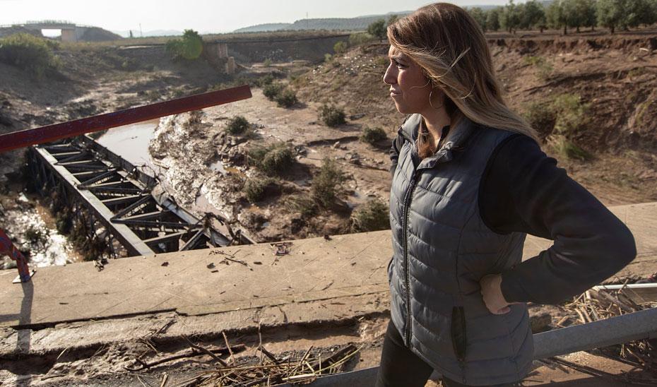 La presidenta de la Junta, Susana Díaz, observa el estado del puente sobre el río Blanco de la línea ferroviaria Sevilla-Málaga, que ha resultado arrasado por las lluvias, entre los términos de Osuna y Aguadulce, en la provincia de Sevilla.