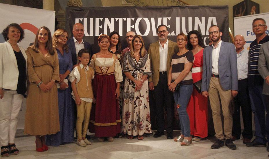 La presidenta de la Junta de Andalucía Susana Díaaz, junto con las autoridades y actores, antes de la presentación de la obra de teatro 'Fuenteovejuna', en Fuente Obejuna (Córdoba).