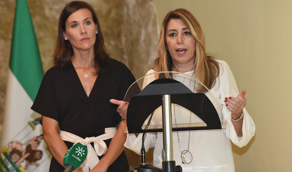 La presidenta de la Junta, junto a la alcaldesa de Monturque, María Teresa Romero, en un momento de su intervención en el Ayuntamiento de la localidad.
