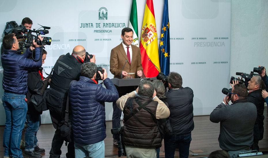 Juanma Moreno, antes del inicio de su comparecencia ante los medios.