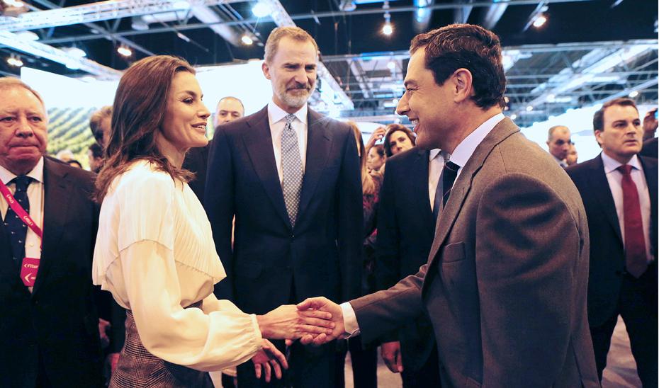 Juanma Moreno, presidente de la Junta, saluda a los reyes Felipe y Letizia en su visita a Fitur.