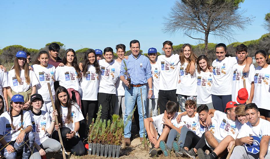 Juanma Moreno, en Doñana, con los alumnos del Instituto Odón de Betanzos Palacios de Moguer.