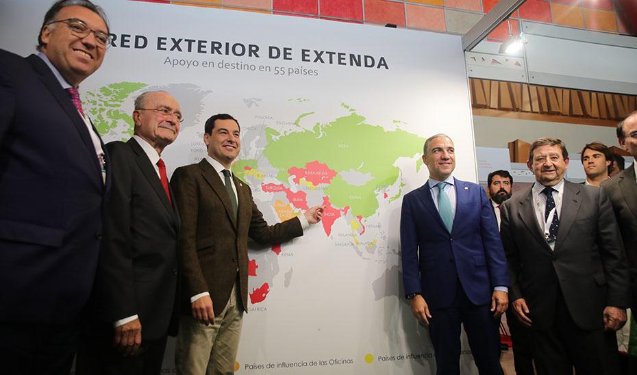 Moreno, junto a Bendodo y otras autoridades, en la VII Feria IMEX-Andalucía que se celebra en Málaga