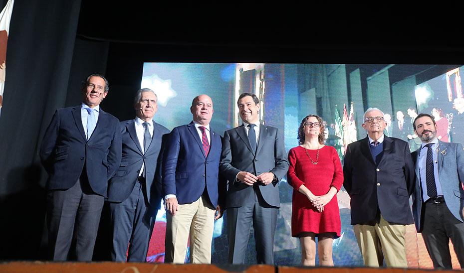 Juanma Moreno junto al alcalde de Antequera, Manuel Jesús Barón Ríos, y el resto de autoridades en la presentación de Puerto Seco.