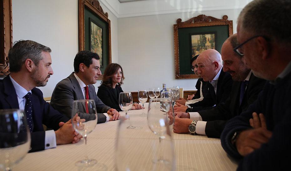 Un momento de la reunión de Juanma Moreno con la plataforma linarense.