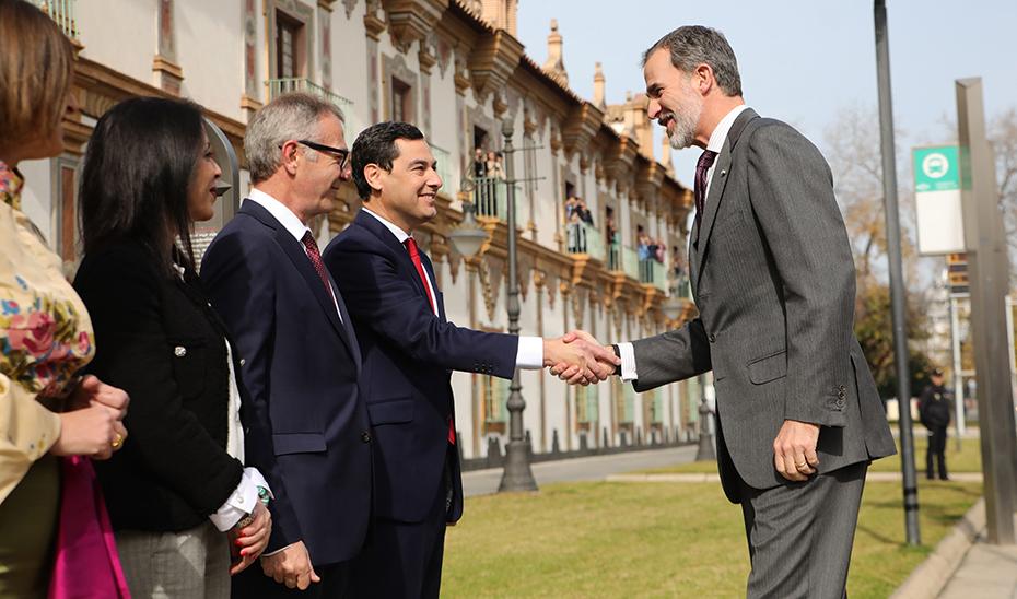El presidente de la Junta saluda al Rey Felipe VI antes del acto de entrega de las Medallas al Mérito de las Bellas Artes.