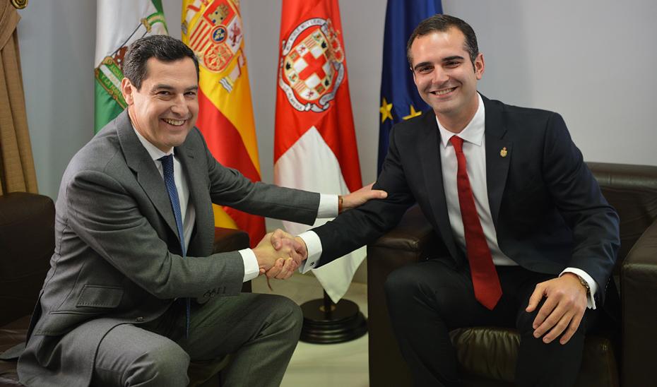 Juanma Moreno, durante la reunión con el alcalde de la capital almeriense, Ramón Fernández-Pacheco.