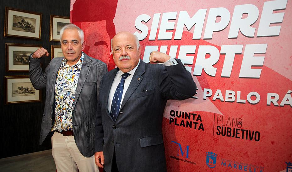 El padre de Pablo Ráez y el consejero de Salud, durante la presentación del documental.
