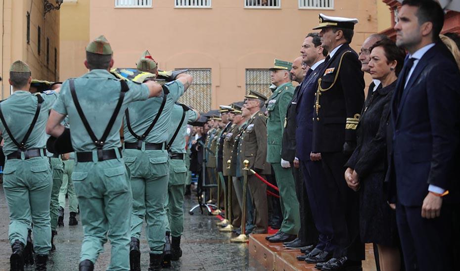 El presidente de la Junta, Juanma Moreno, este mediodía asistiendo con el resto de autoridades al traslado del Cristo de Mena en Málaga.