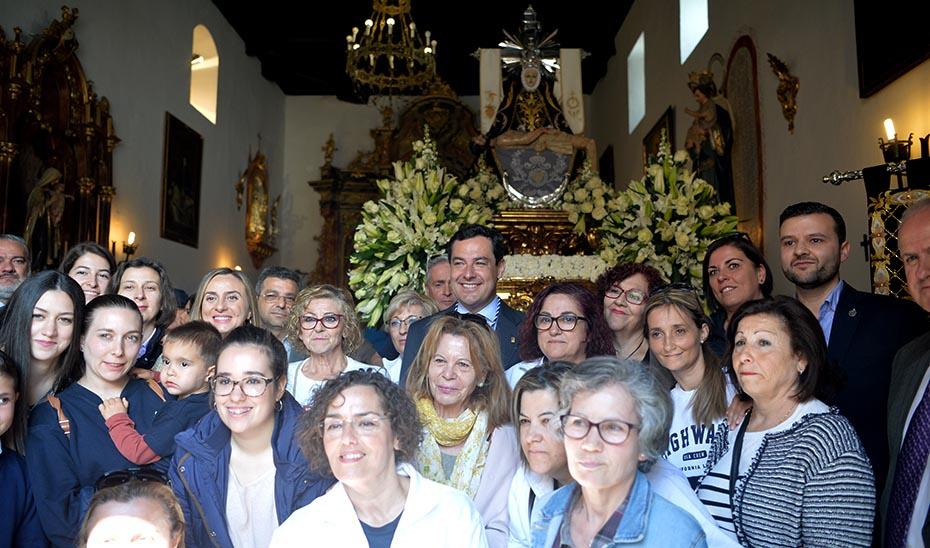 El presidente de la Junta, Juanma Moreno, este Viernes Santo ante la Virgen de las Angustias durante su visita a Padul.