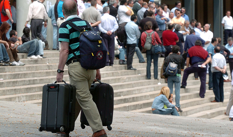 Un grupo de turistas escucha las explicaciones de su guía.