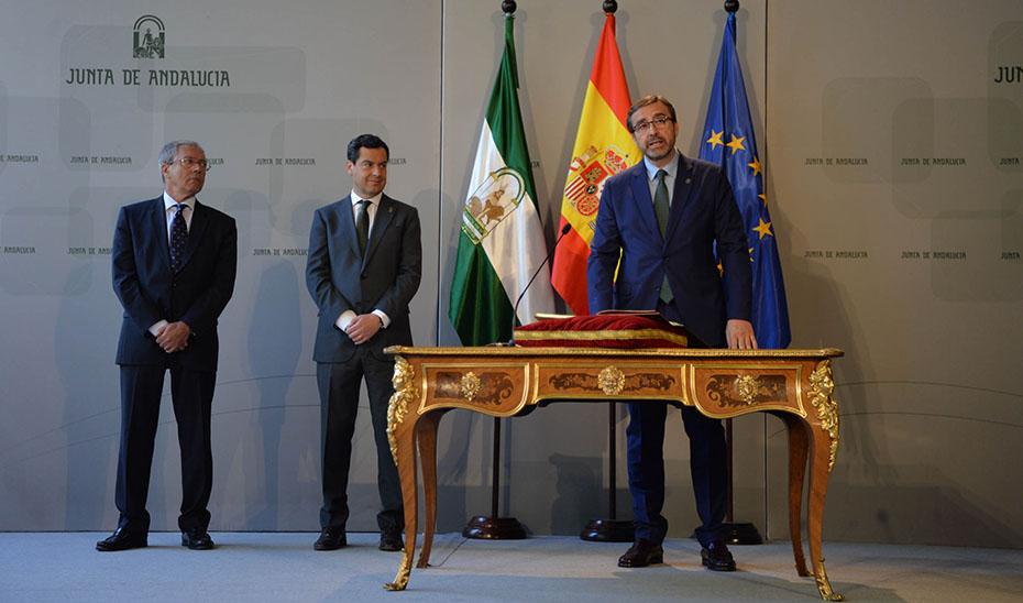 El rector de la Universidad de Jaén toma posesión de su cargo en presencia del presidente y el consejero de Economía.