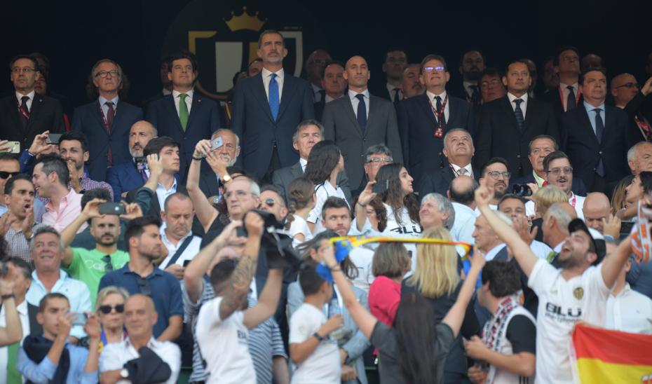 El presidente de la Junta, Juanma Moreno, junto al Rey Felipe VI, en el arranque del partido.