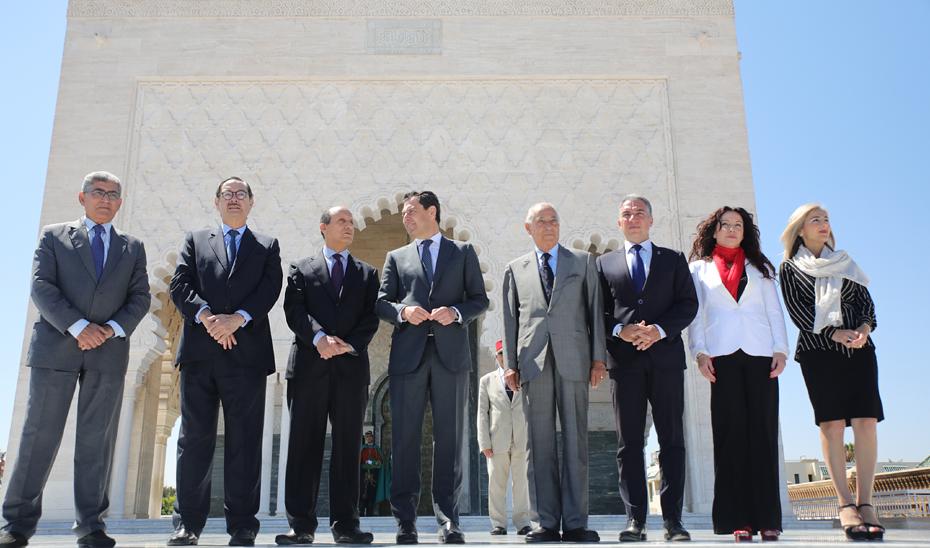 El presidente andaluz realizó una ofrenda floral en el Mausoleo de Mohammed V y Hassan II.