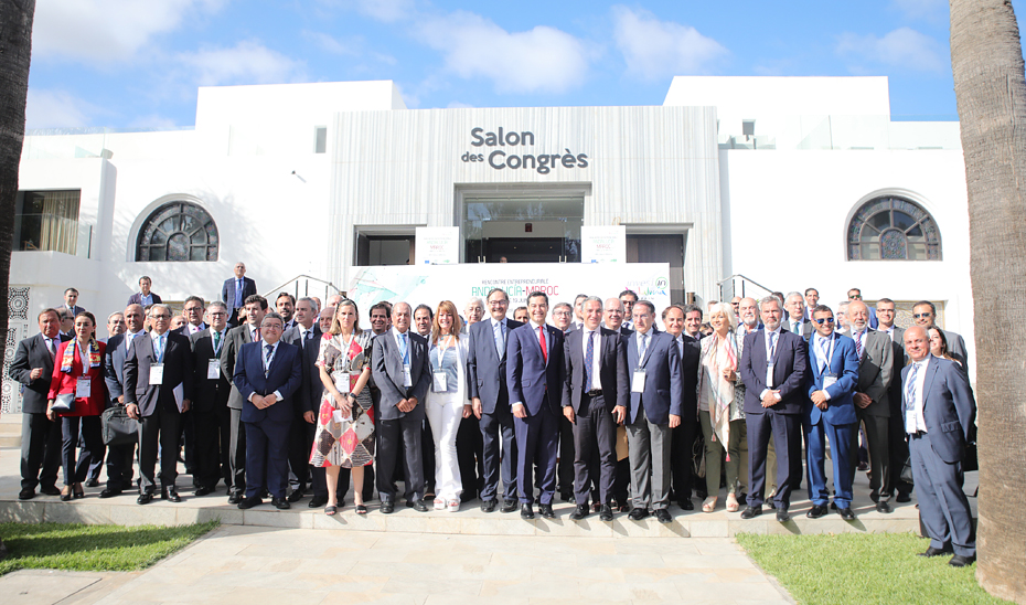 El presidente andaluz, con los participantes en el encuentro empresarial Andalucía-Marruecos.