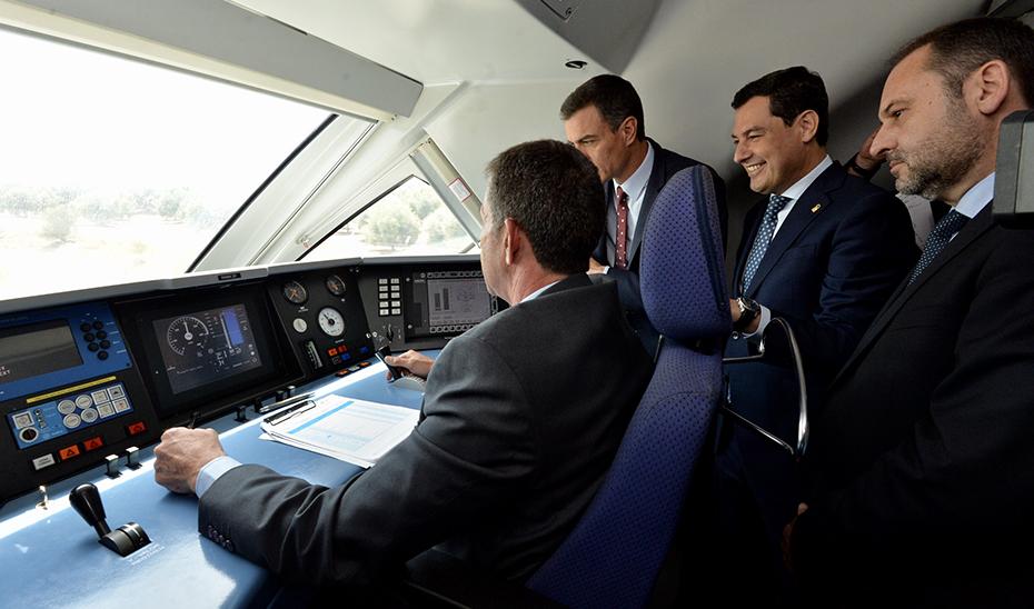 Juanma Moreno, junto al presidente del Gobierno y el ministro de Fomento, en el viaje inaugural del AVE a Granada.