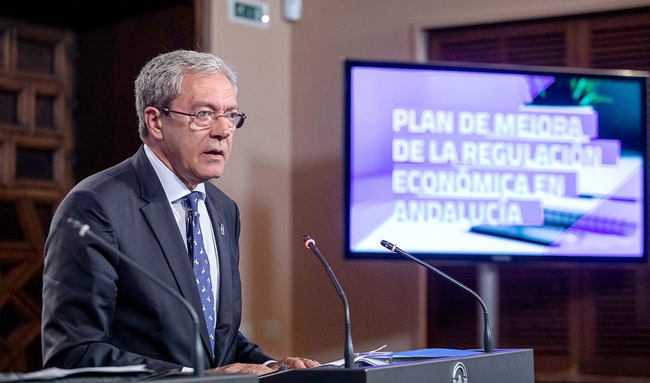 El consejero de Economía, Conocimiento, Empresas y Universidad, Rogelio Velasco, en su comparecencia.