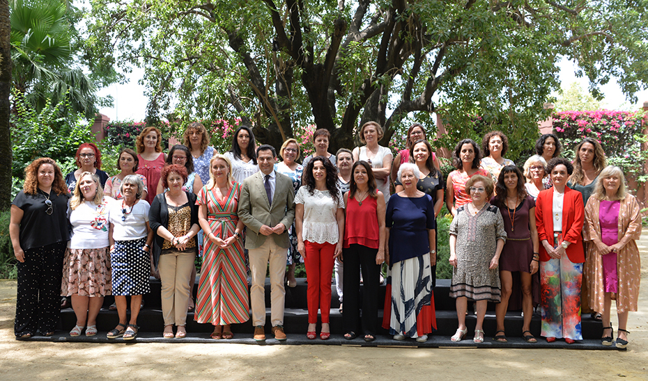El presidente de la Junta, con el pleno del Consejo de Andaluz de Participación de las Mujeres, en los jardines de San Telmo.