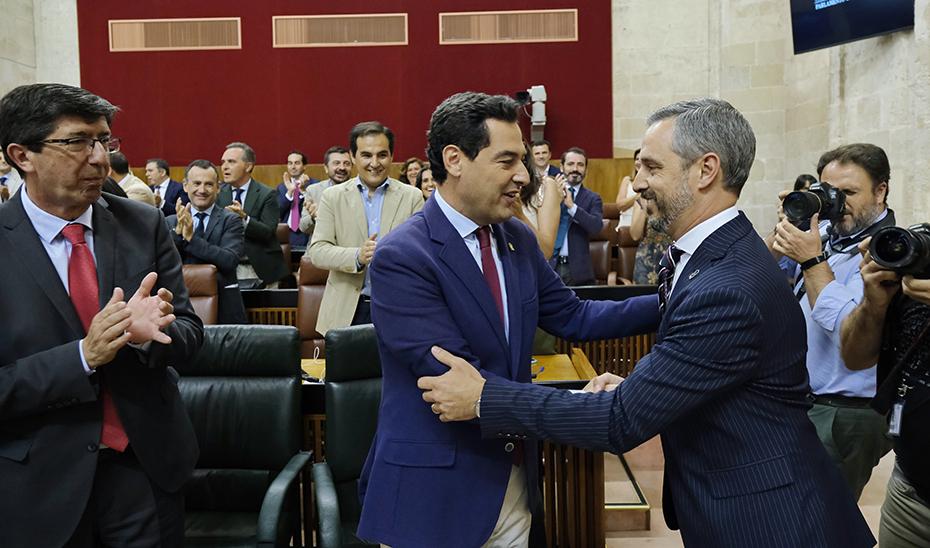 Juanma Moreno saluda a Juan Bravo, en presencia de Juan Marín, tras la aprobación de los presupuestos de la Junta para 2019.