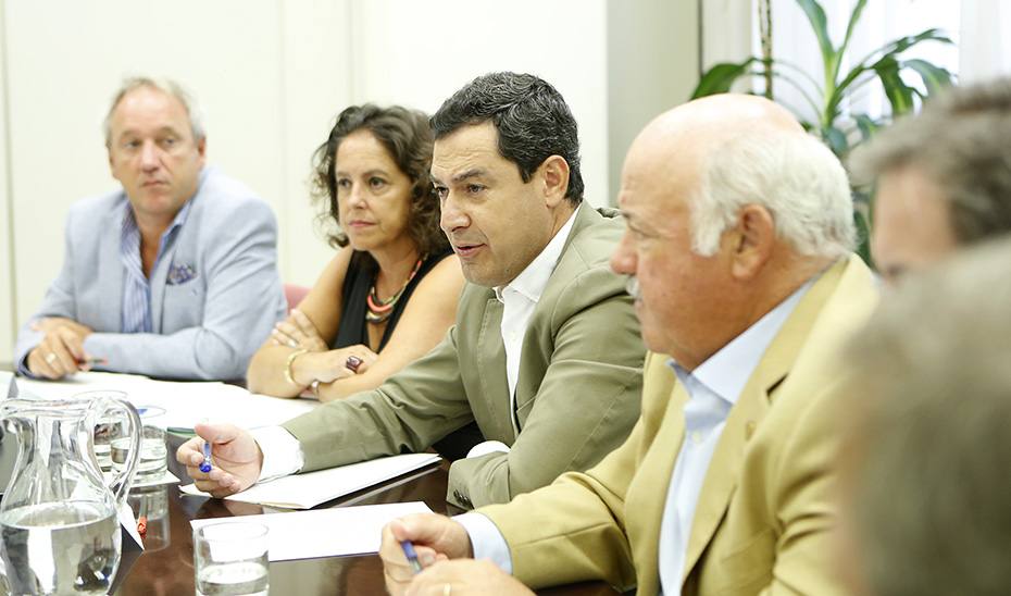El presidente de la Junta, Juanma Moreno, presidiendo el comité de seguimiento por el brote de listeriosis.