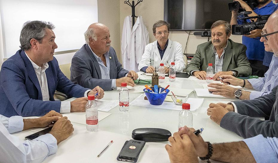Jesús Aguirre junto al alcalde de Sevilla durante la reunión mantenida este viernes en el Hospital Virgen del Rocío.