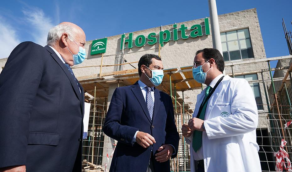 El consejero de Salud y el presidente Juanma Moreno, durante la visita a las obras del hospital.