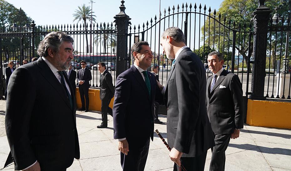 El presidente de la Junta de Andalucía, Juanma Moreno, saluda al Rey Felipe VI a su llegada a la la Real Maestranza.