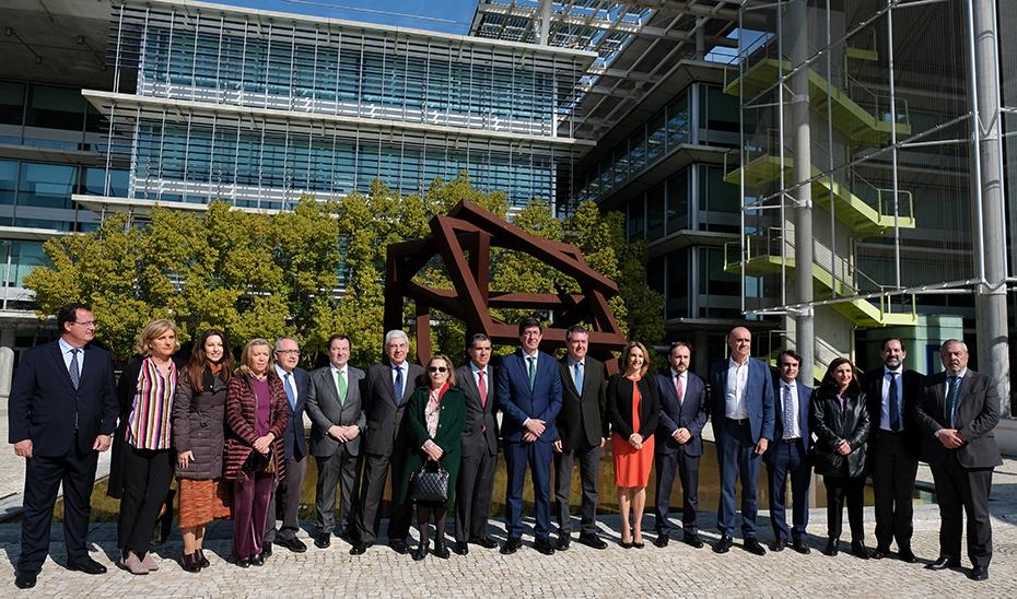 El vicepresidente Juan Marín, junto al resto de autoridades tras la visita al complejo de Palmas Altas.