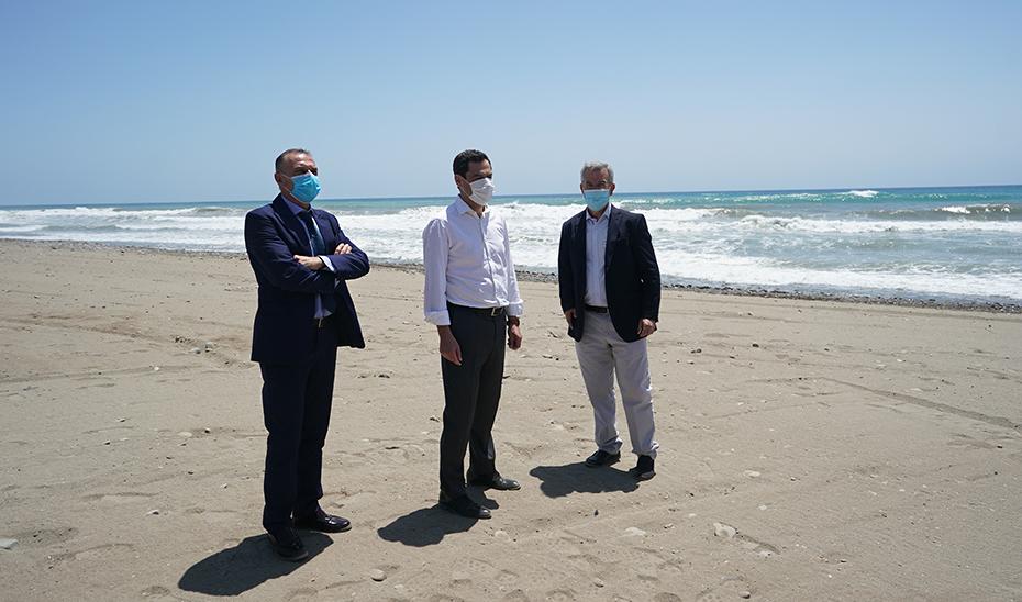 El presidente de la Junta, acompañado por el alcalde de Estepona, José María García Urbano, y el presidente de la Mancomunidad de Municipios de la Costa del Sol, José Mena.
