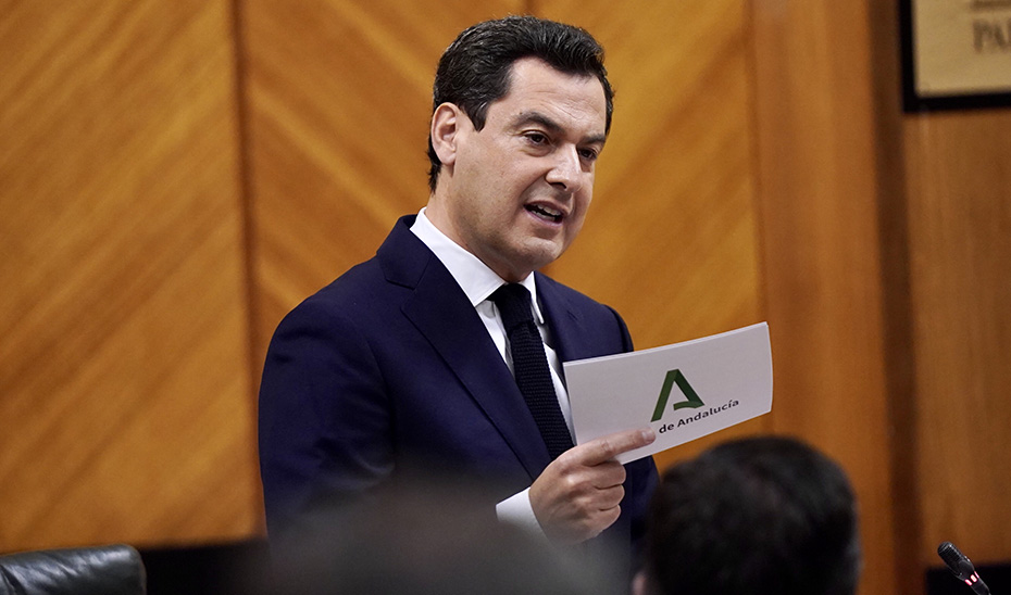 El presidente del Gobierno andaluz, Juanma Moreno, durante la sesión de control al Gobierno en el Parlamento de Andalucía.