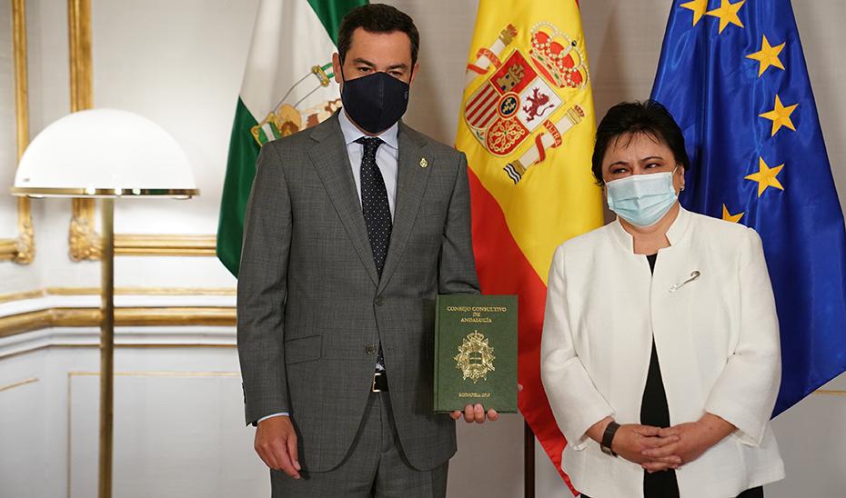 Moreno recibe la Memoria Anual del Consejo Consultivo de manos de su presidenta, María Jesús Gallardo.