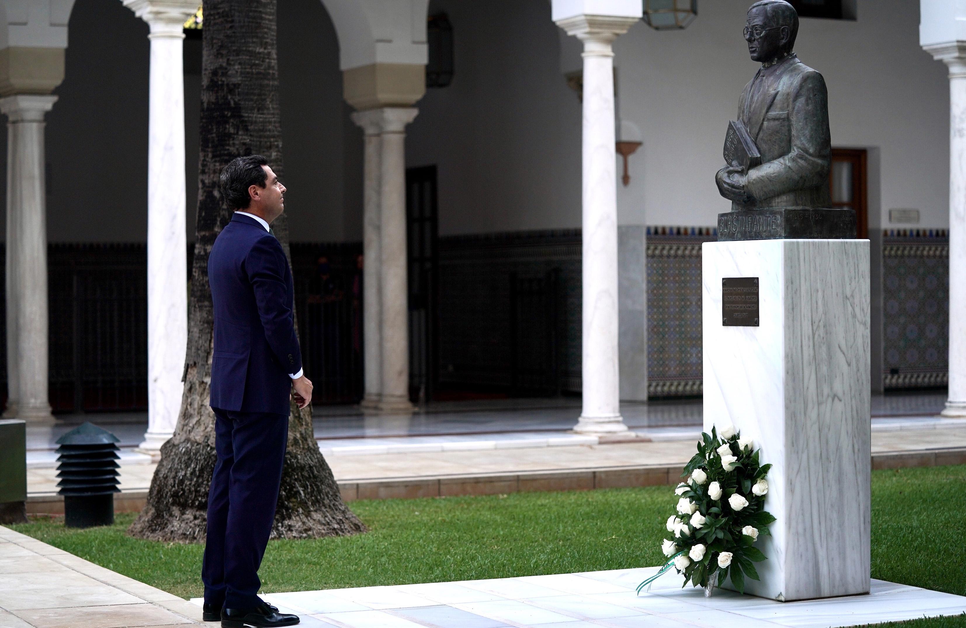 El presidente andaluz, delante del busto a Blas Infante.