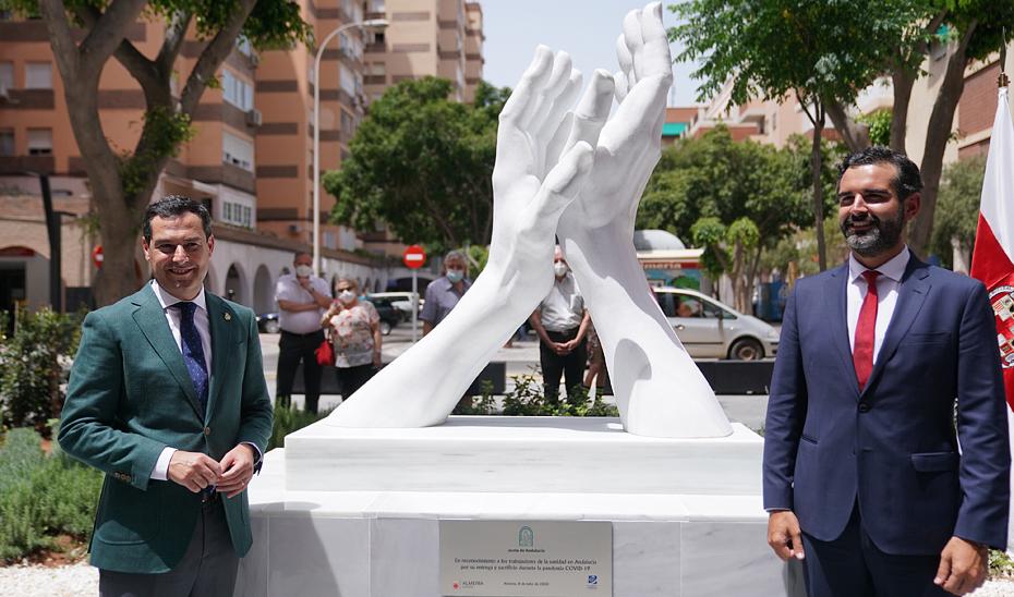 El presidente de la Junta de Andalucía, Juanma Moreno, junto al alcalde de Almería, Ramón Fernández-Pacheco, durante la inauguración de la primera escultura en forma de un gran aplauso que rinde homenaje por su actuación durante la pandemia del Covid-19 a los profesionales sanitarios.