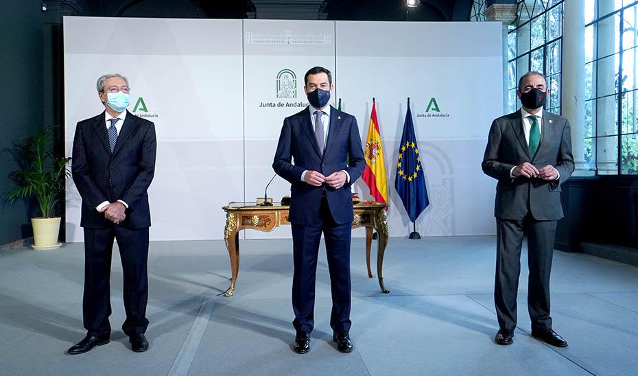 El presidente, flanqueado por el consejero Rogelio Velasco y el rector de la Universidad de Sevilla.