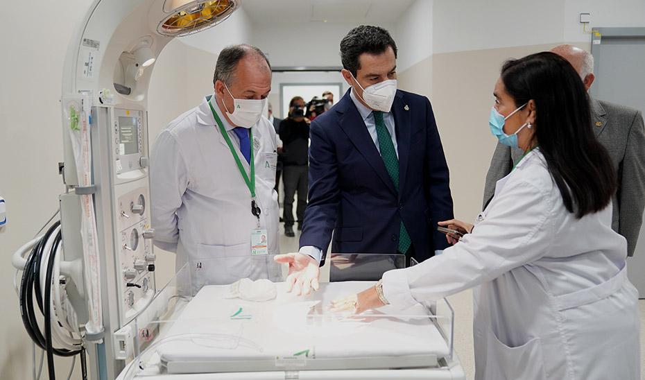 El presidente, Juanma Moreno, junto a la directora gerente del hospital, María Ángeles García Rescalvo.