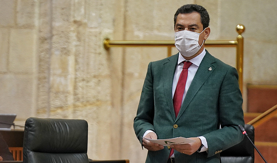 El presidente de la Junta, Juanma Moreno, durante la sesión parlamentaria de control al Gobierno.