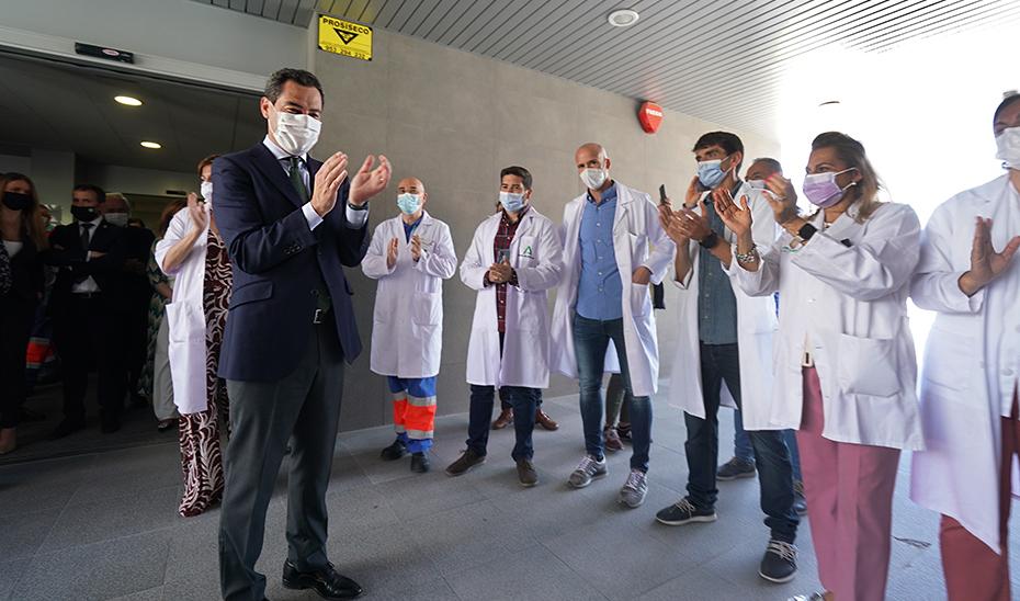 El presidente de la Junta aplaude a los profesionales sanitarios en la inauguración del nuevo servicio.