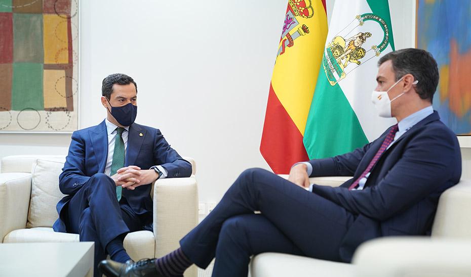El presidente de la Junta, Juanma Moreno, durante la reunión en Moncloa con el presidente del Gobierno, Pedro Sánchez.