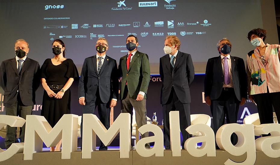 En presidente de la Junta, Juanma Moreno, junto al resto de autoridades, en la inauguración del encuentro.