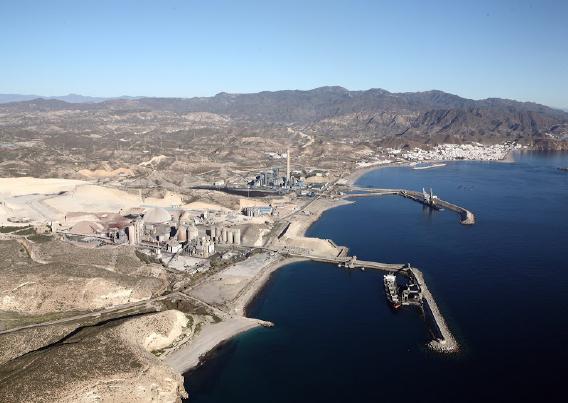 Aspecto de los puertos de Carboneras antes y después de la construcción de los muelles de la Ribera I y II