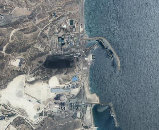 Ortofotografía  del Plan Nacional de Ortofotografía, 2013. Detalle de las dos plantas industriales  y de la desaladora.
