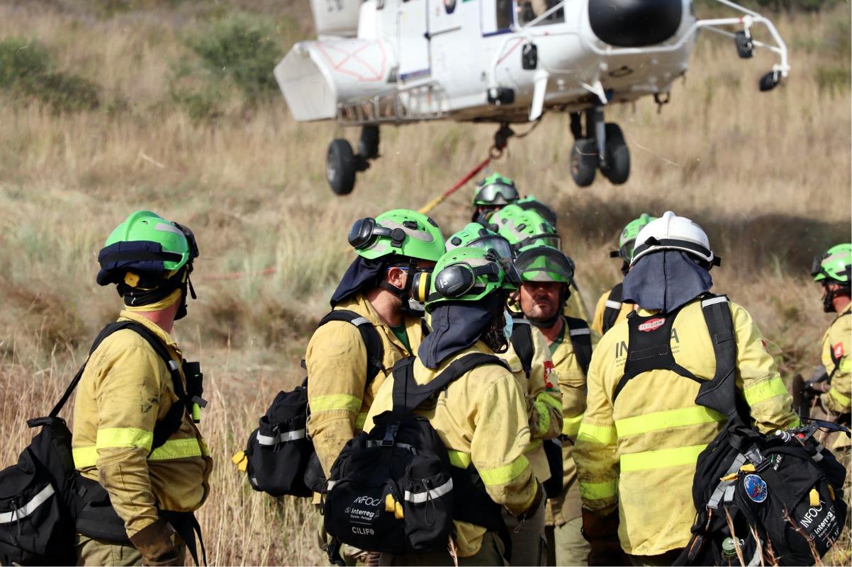 Casi mil efectivos trabajan ya en la extinción del incendio en Sierra Bermeja tras la incorporación de medios y recursos de otras CCAA