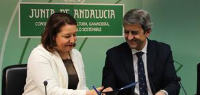 Carmen Crespo junto al presidente de la Federación Andaluza de Caza